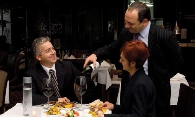 Al ristorante, nella scelta del vino uomo