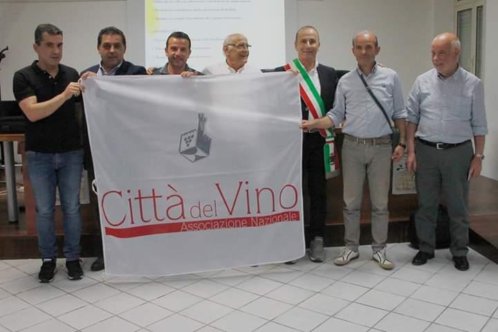 Benetutti (SS), consegna della bandiera dell'Associazione Nazionale Città del Vino