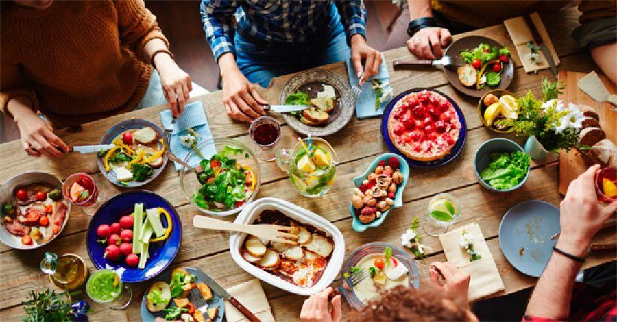 La povertà non è abolita, e gli italiani si consolano a tavola